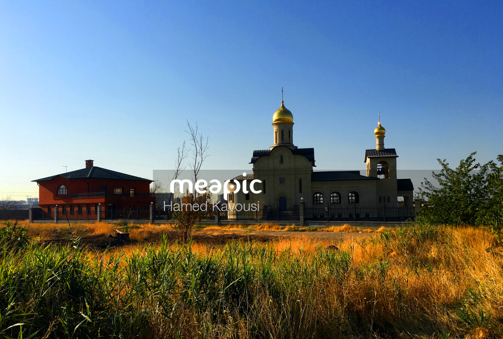 Yellow House In The Middle Of A Field Stock Photo · Meapic