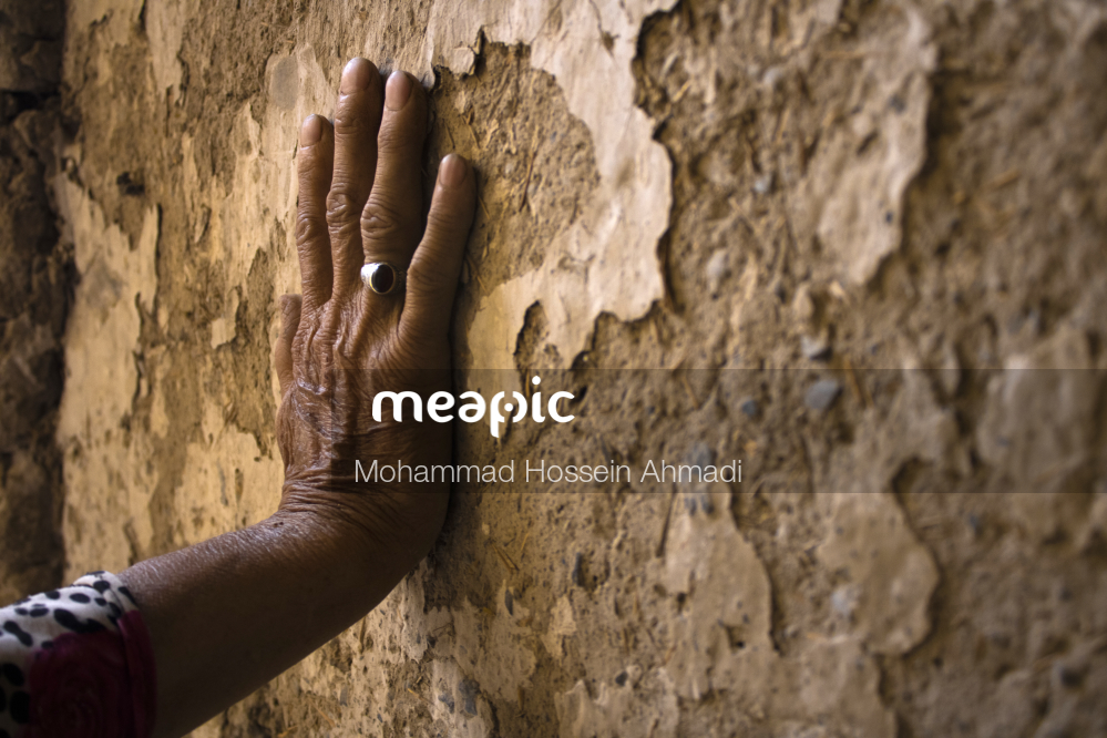 Hand Holding Up A Rock Wall Stock Photo · Meapic